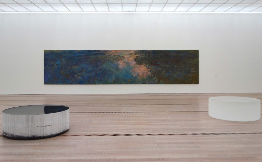 """Claude Monet """"Le bassin aux nymphéas"""" ca. 1917-1920, oil on canvas together with Roni Horn """"Opposites of White"""" 2006-2007 (front), Beyeler Fondation September 2021"""